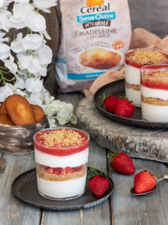 Bicchiere con fragole e Madeleine con Miele Senza Glutine Integrali Céréal