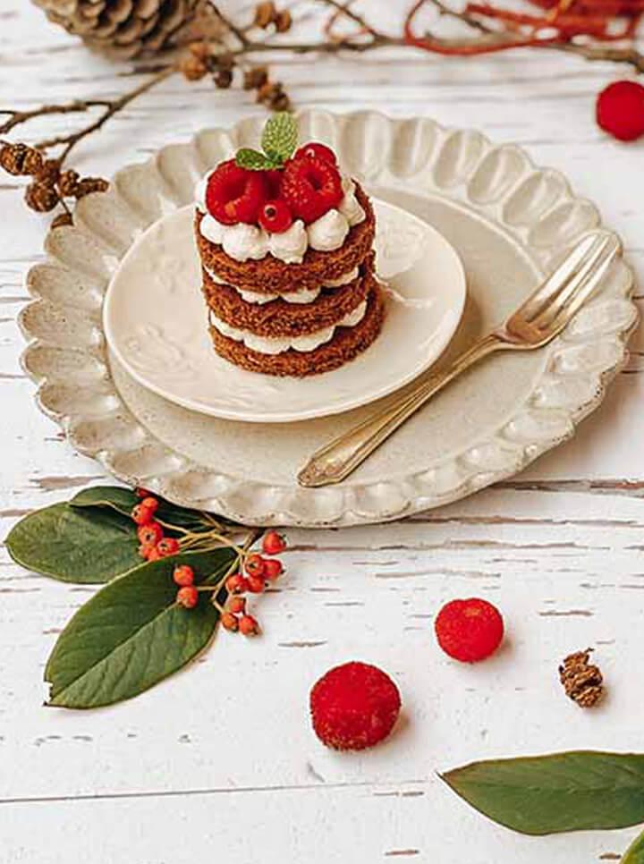 Millefoglie di Pain d'Epices Céréal con panna montata alla cannella e frutti rossi