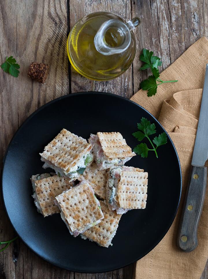 Mini quadrotti di Pane Azzimo Integrale Céréal Senza Lievito con prosciutto, formaggio e zucchine
