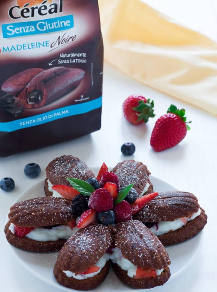 Torta di Madeleine Noire Senza Glutine Céréal con cocco e frutti rossi